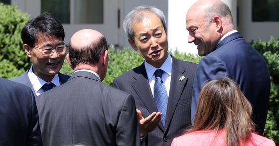 안호영 주미대사(오른쪽 두번째)와 장하성 청와대 정책실장(맨 왼쪽) [사진공동취재단]