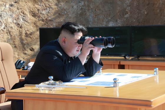 지난 7월 4일 북한의 '화성-14형' 1차 시험발사 당시 참관 중인 김정은 북한 노동당 위원장. [사진 노동신문]