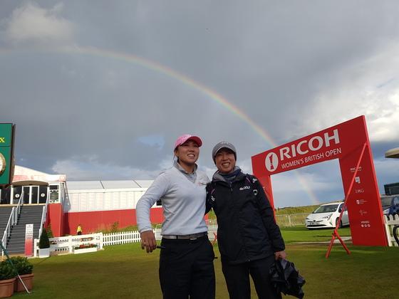 6일 영국 스코틀랜드의 세인트앤드루스 인근 킹스반스 골프장에서 벌어진 LPGA 투어 브리티시여자오픈에서 김인경(왼쪽)과 그의 매니저가 활짝 웃고 있다. 그 뒤로 무지개가 떴다. 킹스반스=성호준 기자