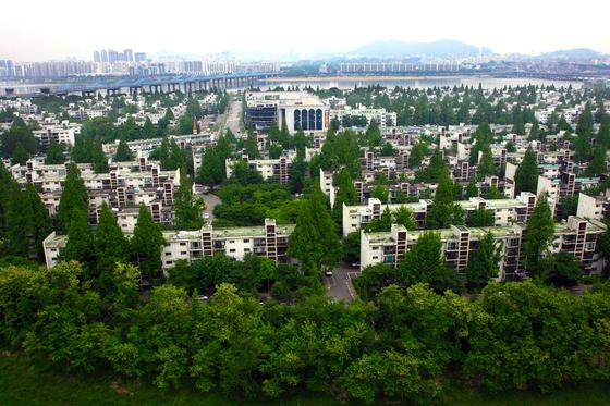 재건축 초과이익환수제를 피하기 위해 사업 속도를 내고 있는 서울 서초구 반포동 주공1단지 전경. [중앙포토]