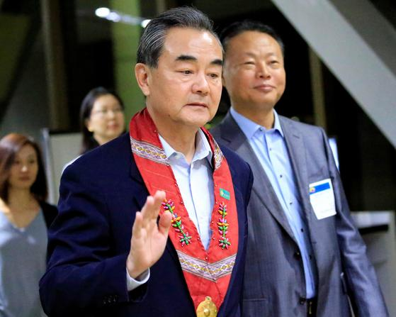 People's Republic of China Foreign Minister Wang Yi gestures as he is escorted by Zhao Jianhua, Chinese ambassador to the Philippines, upon arrival at the international airport of Pasay to attend the 50th ASEAN Foreign Ministers meeting, metro Manila, Philippines August 5, 2017. REUTERS/Romeo Ranoco/2017-08-05 22:19:47/<저작권자 ⓒ 1980-2017 ㈜연합뉴스. 무단 전재 재배포 금지.>