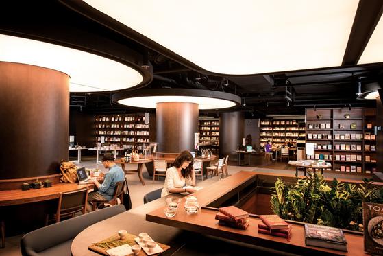 하루 종일 틀어박혀 책을 읽고 싶다는 강렬한 바람을 불러일으키는 이터널 저니. 책을 파는 서점인 동시에 독서를 통한 휴식을 제안하는 공간이기도 하다.