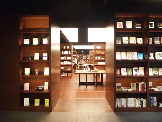 이터널 저니의 모든 책은 책 표지가 그대로 보이도록 진열되어 있다. 책표지를 살피며 책장 사이를 거니는 것만으로도 휴식이 된다.