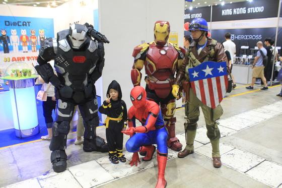 마블 영화 속히어로(워머신, 스파이더맨, 아이언맨, 캡틴 아메리카('퍼스트 어벤져' 복장))로 변장한코스튬 플레이어와 함께 촬영 중인어린이 관람객. ⓒ고석희 기자