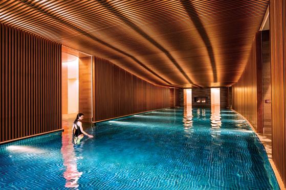 천연 온천수로 채워진 워터하우스. 동서양 온천 문화를 접목시킨 독특한 실내 구조가 특징이다.