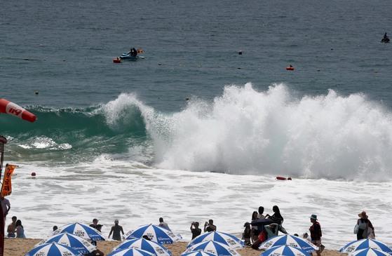 (위 사진은 기사 내용과 직접적인 관련 없음) 1일 부산 해운대해수욕장 앞바다에서 높은 파도가 해변을 덮치고 있다. [연합뉴스]