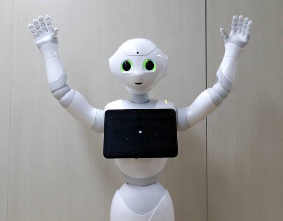장병탁 서울대 컴퓨터공학부 교수의 바이오지능 연구팀이 개발한 인공지능을 소프트뱅크사의 인간형 로봇 '페퍼'에 탑재한 로봇 '오페어(AUPAIR)'. 임현동 기자