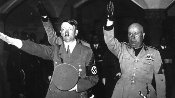 제2차 세계대전 시절 이탈리아의 파시스트당 당수 베니토 무솔리니(오른쪽)는 경례·복장·표식 등 다양한 체제 상징을 독일의 아돌프 히틀러에게 전수했다. 고대 로마제국에서 따온 오른손을 높게 뻗는 경례 방식으로,독일에서 나치 경례 또는 히틀러 경례로 불렸다. [중앙포토]
