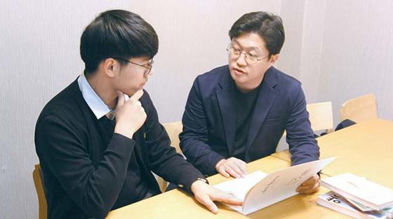 엄명종 대표(오른쪽)가 올바른 학습법에 대해 설명하고 있다. [사진 일등공신]