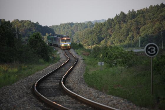 기차 여행과 사진을 좋아하다보니 박준규씨는 기차를 전문가 수준으로 찍는 아마추어 사진 작가가 됐다. 사진은 한국철도111주년 기념 제 1회 철도사진공모전(2010년)에서 금상을 수상한 작품이다. 구불구불 철길을 달리는 경북관광순환테마열차를 촬영했다.[사진 박준규]