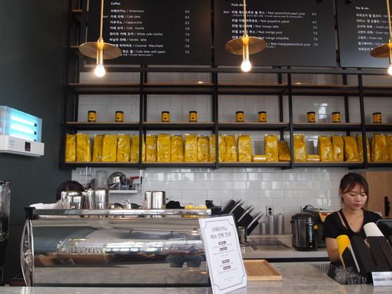 이탈리아 로마 3대커피로 이름난 산 에우스타키오 일 카페가 국내 최초로 아난티 코브에 문을 열었다. 장작불로 로스팅한원두를 현지와 똑같이 사용한다.[유지연 기자]