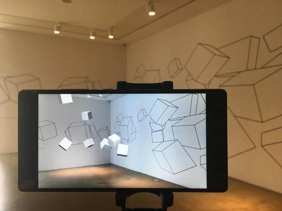이배경 작가의 'Zero gravity space'. 증강현실 스마트폰을 통해 본 모습이다. 사진=이후남 기자