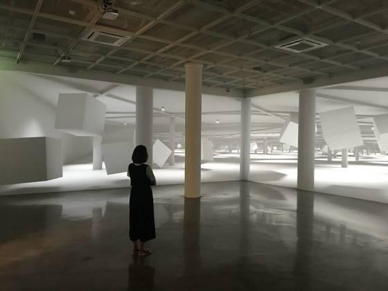 이배경 작가의 '공간-Zero gravity space' 가 설치된 전시장 모습.사진=아트사이드 갤러리