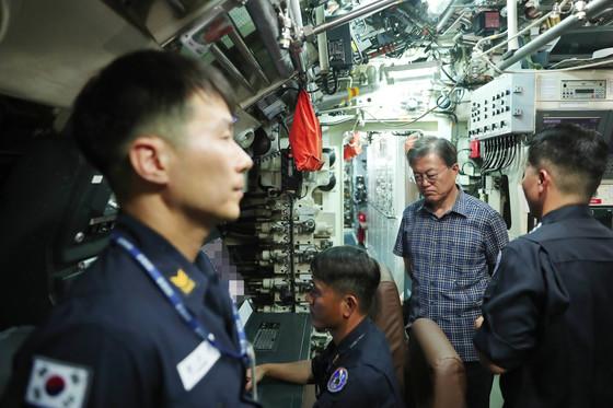 지난 3일 오후(4시) 진해 공관에서 휴가중인 문재인 대통령은 기지내 잠수함 사령부와 잠수함 안중근함 그리고 잠수함 박물관을 방문했다. 사진은 잠수함 사령부내 병사들에게 격려를 하고 있다.[사진 청와대]