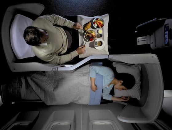 좌석 승급은 어느 정도 운이 따라야 한다. 외모가 멀끔하다거나 공항에 일찍 도착했다고 좌석 승급의 우선순위가 부여되는 건 아니다. 충성 고객, 적립 마일리지가 많은 승객, 비싼 값을 내고 항공권을 산 사람 등이 우선 순위다. [사진 영국항공]