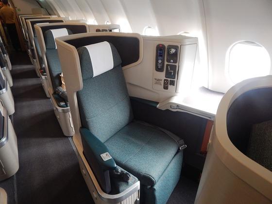 비즈니스 좌석은 일반석보다 3~5배 비싸다. 공짜로 혹은 아주 저렴한 비용으로 좌석을 승급하는 요령은 그래서 매혹적이다. 최근엔 출발이 임박해 남은 비즈니스 좌석을 경매로 파는 항공사가 늘고 있다.