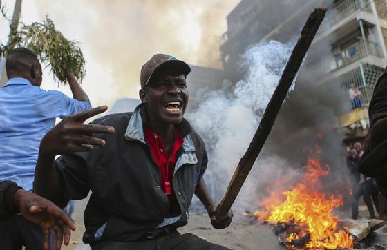 9일(현지시간) 케냐 나이로비에서 일어난 폭동 장면[AP=연합뉴스]
