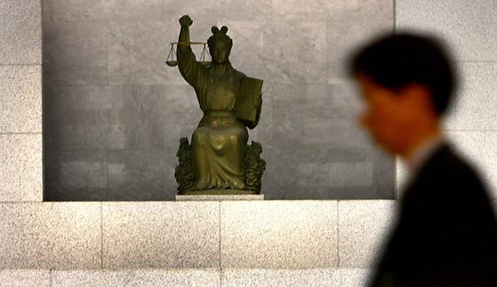 서울 서초동 대법원의 대법정 입구에 있는 `'정의의 여신상' [연합뉴스 ]