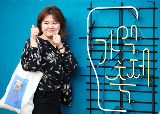 10일 전북 전주종합경기장에서 열린 가맥축제에온한 여성이 기념 촬영하고 있다. 프리랜서 장정필