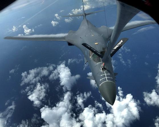 지난 8일 미군의 B-1B 전략폭격기가 한반도 상공에서 훈련할 당시 공중급여를 받는 모습. [EPA=연합뉴스]