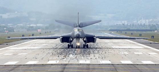 미국이 지난해 9월 북한의 5차 핵실험에 대한 군사적 대응 조치로 초음속 전략폭격기 B-1B(랜서) 2대를 한반도 상공에 전개했다. 이 중 1대가 오산 기지에 착륙하는 모습. 강정현 기자