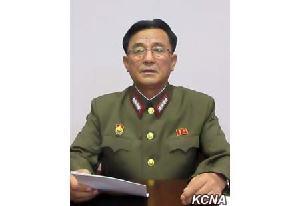 김낙겸 북한 전략군 사령관이 9일 화성-12형 미사일로 괌을 향한 사격 계획을 밝히고 있다. [사진 조선중앙통신]