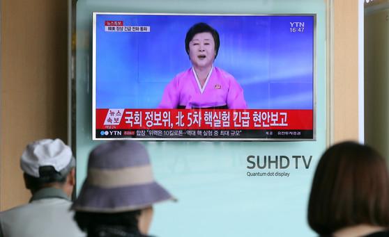 지난해 북한이 5차 핵실험을 강행한 날 시민들이 서울역에서 뉴스를 지켜보고 있다.[중앙포토]