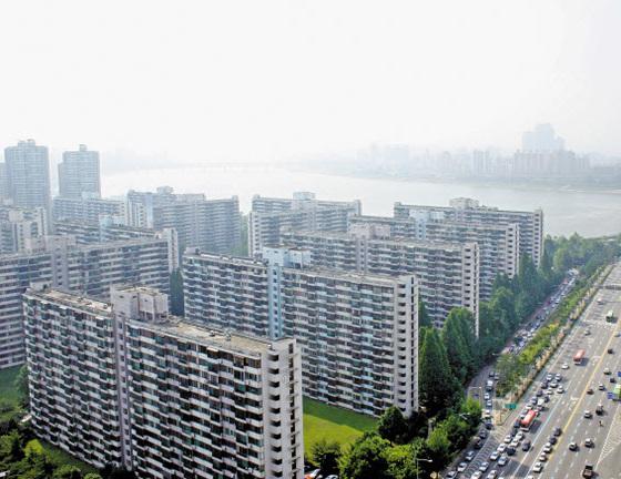 8·2 대책 발표 이후 호가(부르는 값)가 1억원 이상 떨어진 서울 송파구 잠실주공5단지. [중앙포토]
