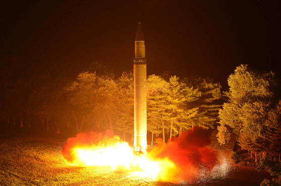 북한은 지난달 28일 밤 김정은 북한 노동당 위원장이 참관한 가운데대륙간탄도미사일(ICBM)급 화성-14형2차 시험 발사를 실시했다. [사진 조선중앙통신-연합뉴스]