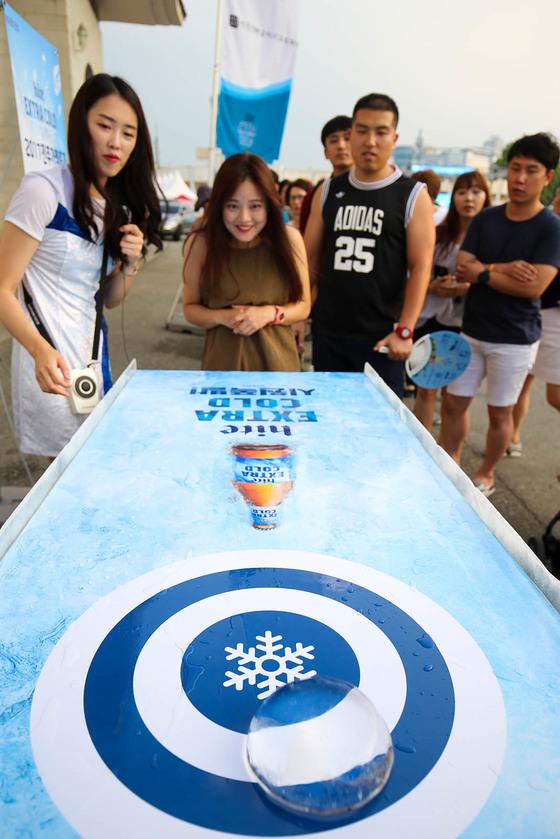 10일 전북 전주종합경기장 주차장에서 열린 가맥축제에서 참가들이게임을 즐기고 있다. 프리랜서 장정필