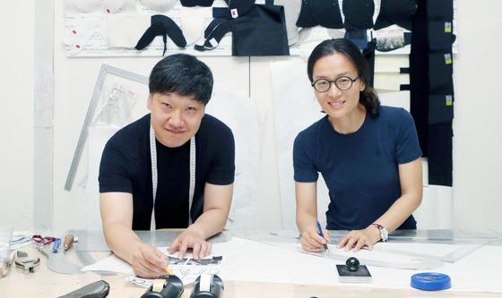모델리스트 오정(왼쪽) 박은숙 부부. 이탈리아 패션 하우스에서 일한 두 사람은 올 초 귀국, 서울 삼성동에 패턴 스튜디오 폴앤컴퍼니를 열었다.