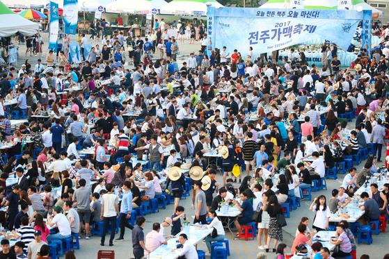 10일 전북 전주종합경기장 주차장 일원에서 열린 가맥축제 모습. 프리랜서 장정필