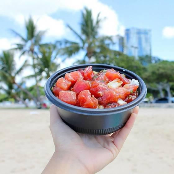 하와이 전통 음식 포케(poke)는 혼밥하기 좋은 메뉴다. 영양소가 고루 포함된 건강식일 뿐 아니라 만들기도 간편하다. [사진 foodlandhi 인스타그램]