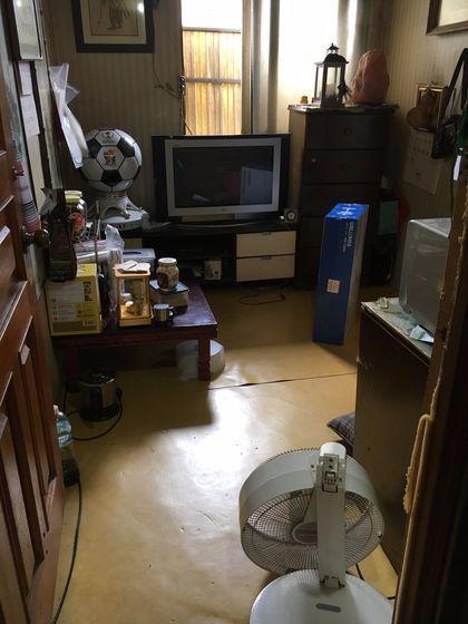 서울 종로구 비수급 빈곤층 문씨 할아버지의 방에 목이 완전히 꺾인 선풍기가 돌아가고 있다. 문씨는 부양의무자 기준에 걸려 국가 보호를 받지 못하는데, 11월 이 기준이 완화돼 월 46만원의 지원을 받게 된다.