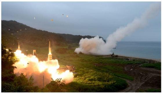 지난달 29일 오전 북한의 대륙간탄도미사일(ICBM)급 미사일 발사 도발에 대응해 한미 양국이 동해안에서 실시한 연합 탄도미사일 사격훈련에서 사거리 300km의 현무-2가 발사되고 있다. 유사시 북한의 지휘를 정밀하게 공격해 전쟁수행 능력을 무력화 시킨다. [사진 연합뉴스]