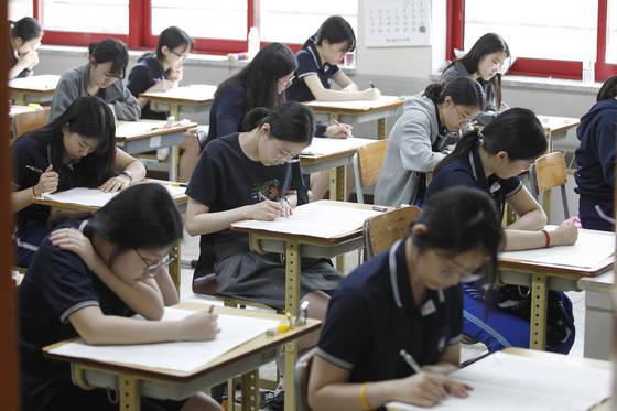 지난 6월 올해 첫 대학수학능력시험 모의평가가 전국 2052개 고등학교에서 치러졌다.교육부가 10일 발표한 수능 개편안에는 2021학년도부터문·이과 통합으로 시험을 치르고 절대평가를 도입하는 방안이 담겼다. [중앙포토]