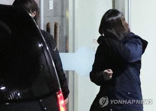 인천 초등생을 살해한 K양이 지난 3월 경찰 조사를 마친 뒤 차에 오르려 하고 있다. [연합뉴스]