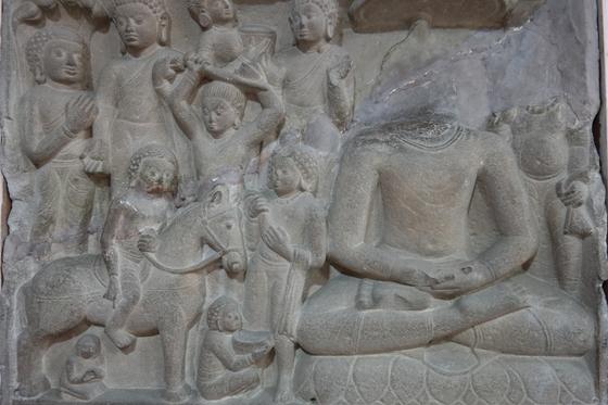 인도의 델리박물관에서 본 조각상. 말을 타고 출가하는 싯다르타와 뒤에는 칼로 자신의 머리를 자르는 싯다르타가 보인다. 오른쪽은 깨달음을 얻고서 좌선하고 있는 붓다의 모습이다.