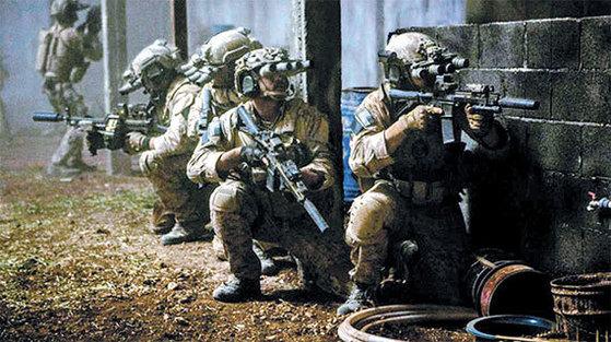 2011년 5월 펼쳐진 미군 특수부대 '팀6(네이비실 6팀)'의 오사마 빈 라덴 사살 작전 '넵튠 스피어'를 재현한 영화 '제로 다크 서티'의 한 장면. [사진 소니픽처스]