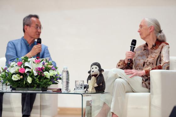 제인 구달 박사는 최재천 교수와 대담할 때도 테이블 위에 침팬지 인형을 올려놓았다. 박종근 기자