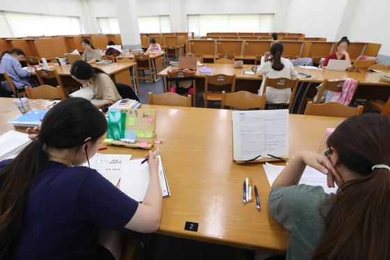 지난 8일 경인교대 도서관 열람실에서 4학년 학생들이 오는 11월 11일 열릴 예정인 초등교사 임용시험 1차 시험에 대비해 공부하고 있다. [신인섭 기자]