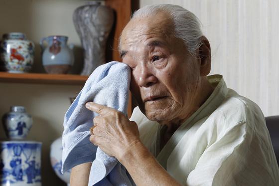 일본 하시마(端島)섬 강제징용 생존자 이인우(92)씨가 9일 대구 자택에서 당시를 떠올리며 눈물을 훔치고 있다. 대구=프리랜서 공정식
