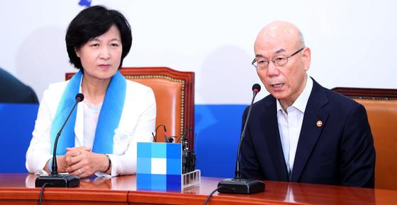 이효성 방송통신위원장(오른쪽)이 11일 오전 국회에서 추미애 더불어민주당 대표를 예방했다. 박종근 기자