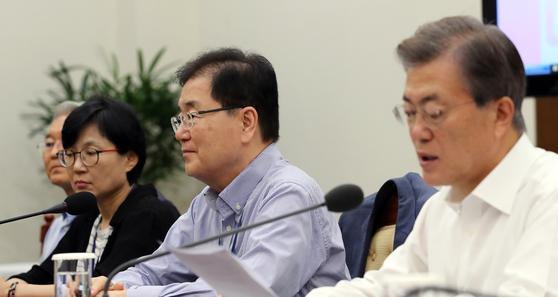 지난 10일 오전 청와대에서 열린 수석보좌관회의에서 정의용 국가안보실장(오른쪽에서 둘째)이 문재인 대통령의 발언을 듣고 있다. 청와대사진기자단