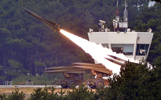 우리 공군의 대표적 대공 화력 무기인 패트리엇(PAC-2) 미사일 1발이 지난해 10월 20일 서해에서 발사됐다. 사진은 호크 발사 모습. [프리랜서 김성태]