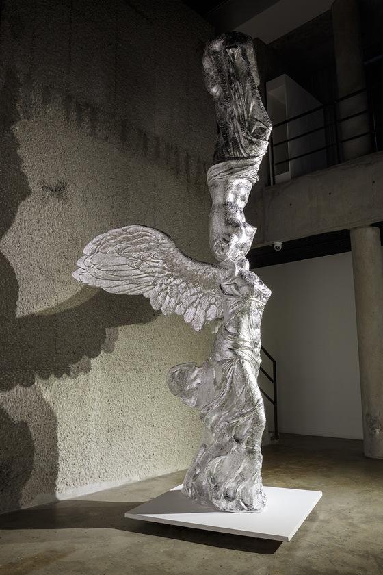 니케의 몸 위에 비너스의 몸을 결합한 고봉수 교수의 작품. 조각 표면은 얇은 알루미늄 호일로 뒤덮었다.