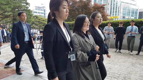 세모그룹 유병언 회장(사망)의 장녀 유섬나(51)씨가 도피 3년 만에 지난 7일 압송돼 인천지검으로 들어가고 있다. 임명수 기자