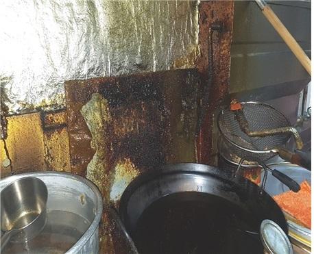 식품의약품안전처가 '위생적 취급기준 위반'으로 적발한 업소의 주방. 찌든 기름때를 방치한 채로 음식을 만들어 판매했다. [사진 식품의약품안전처]