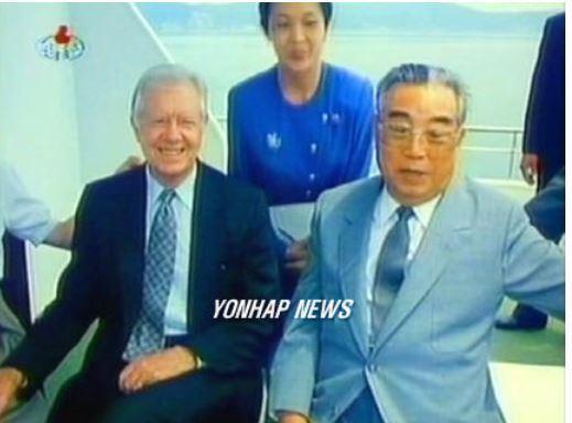 1994년 북핵 위기 당시 개인 자격으로 북한을 방문한 지미 카터 전 미국 대통령과 김일성 주석이 선상에서 이야기를 나누고 있는 모습. [조선중앙TV=연합뉴스]
