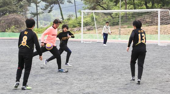 (해당 사진은 기사 내용과 직접적인 관련 없음.) 체육특기적성 수업에 참여한 학생들이 교사와 함께 축구를 즐기고 있다. [ 천안 · 아산 ]
